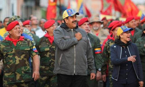 Tổng thống Maduro (áo xám) diễu hành cùng các binh sĩ tại thủ đô Caracas hôm 4/2. Ảnh: Twitter.