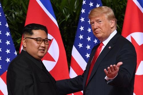 Trump (phải) và Kim Jong-un tại hội nghị thượng đỉnh đầu tiên ở Singapore tháng 6/2018. Ảnh: AFP.