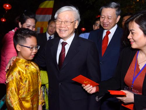 Tổng bí thư, Chủ tịch nước Nguyễn Phú Trọng mừng tuổi em nhỏ và người dân ở Hồ Tây, Hà Nội. Ảnh: Giang Huy