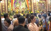 Du khách đổ xô đến miếu Bà Chúa Xứ núi Sam cầu may đầu năm