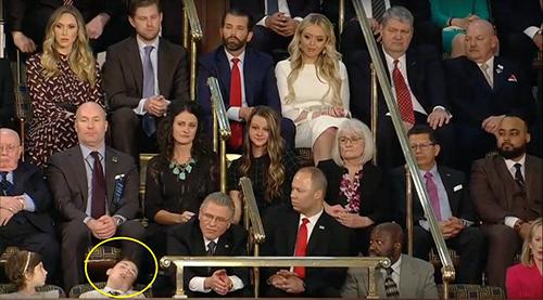 Nhiều người nhìn bé Joshua ngủ gật khi ống kính máy quay chĩa về phía cậu bé. Ảnh: Josh Weinberg/Twitter.