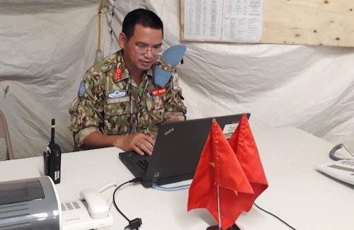 Giám đốc bệnh viện dã chiến cấp 2 số 1 của Việt Nam Bùi Đức Thành làm việc trong khu lều trại, nơi đóng quân của bệnh viện tại Nam Sudan. Ảnh: NVCC