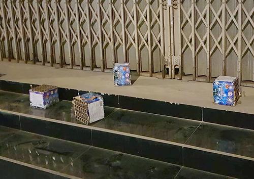 Nhiều hộp pháo được vứt trước thềm nhà dân ở Hà Tĩnh sau giao thừa. Ảnh: Đ.H