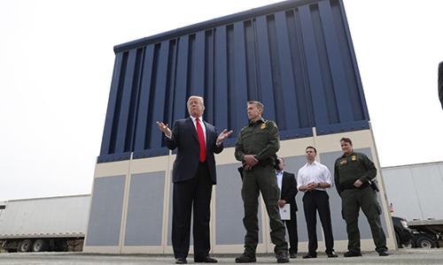 Tổng thống MỹDonald Trump nói chuyện với các phóng viên khi đang đi thị sát những mẫu thiết kế bức tường biên giới vào tháng 3/2018 tạiSan Diego. Ảnh: AP.