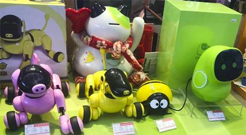 Những đồ chơi tự động được bày bán tại nhà ga Thâm Quyến dịp Tết. Ảnh: SCMP