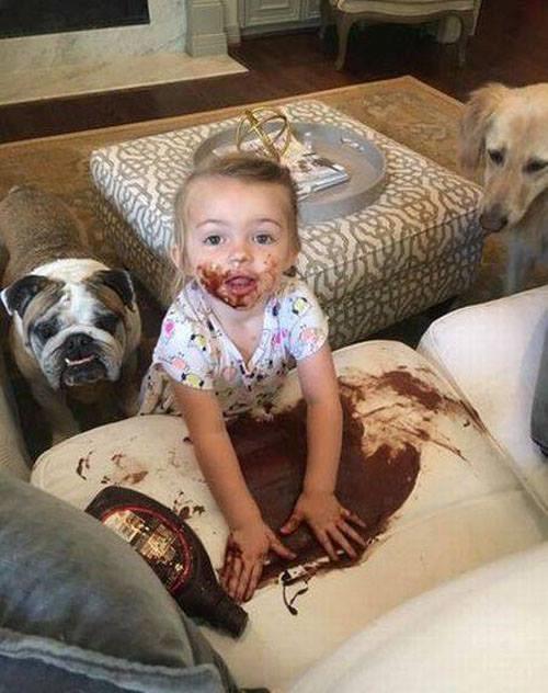 Cảnh thường thấy khi nhà có con nhỏ.