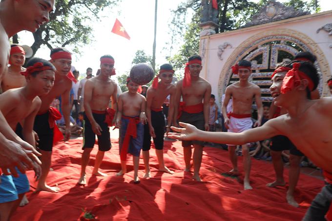 Tục cướp cầu đấu vật rèn luyện sức khỏe ở làng Gừa