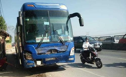 Xe khách hư hỏng nhẹ phần đầu. Ảnh: Lam Sơn.