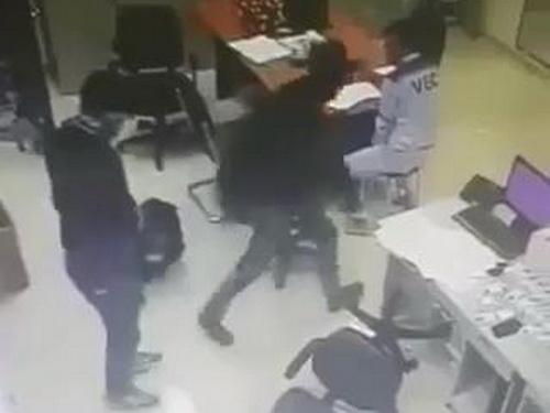 Hình ảnh 2 tên cướp được camera an ninh ghi lại. Ảnh: Cắt từ Video.