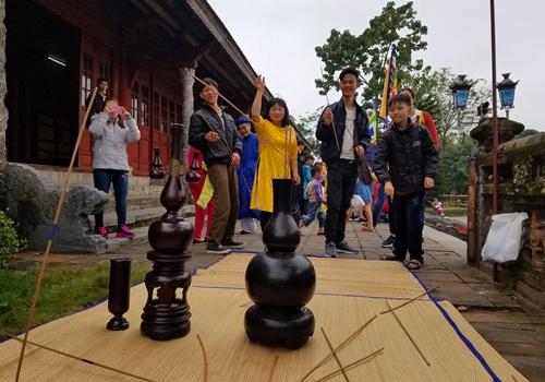 Người dân trải nghiệm thú chơi đồ hồ trong hoàng cung triều Nguyễn. Ảnh: Võ Thạnh