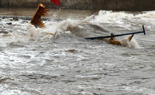 Một chiếc thuyền đua đã bị sóng biển đánh lật, khiến vận động viên Bùi Xuân Khuê của đội Minh Đức bị trọng thương. Ảnh: Giang Chinh