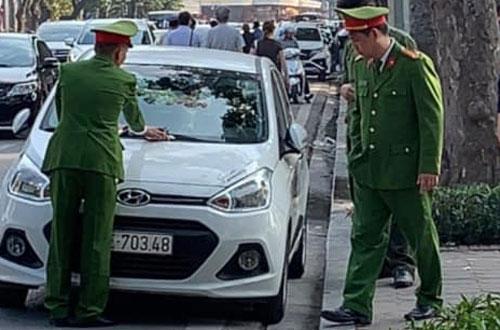 Cảnh sát trật tự quận Hoàn Kiếm xử lý xe đỗ trái phép dịp Tết Nguyên đán 2019.