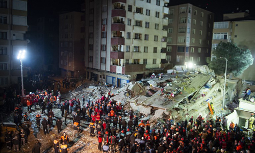 Hiện trường vụ sập tòa chung cư ở thành phố Istanbul, Thổ Nhĩ Kỳ hôm 6/2. Ảnh: AFP.