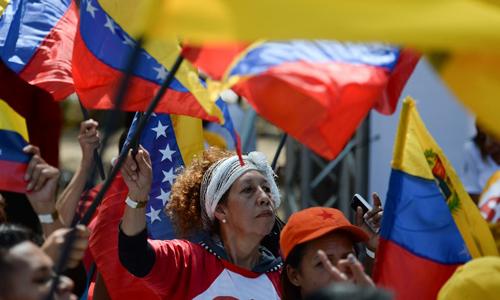 Những người ủng hộ Tổng thống Maduro tập trung tại quảng trường Bolivar ở Caracas hôm 7/2 nhằm kêu gọi Mỹ ngừng can thiệp vào Venezuela. Ảnh: AFP.