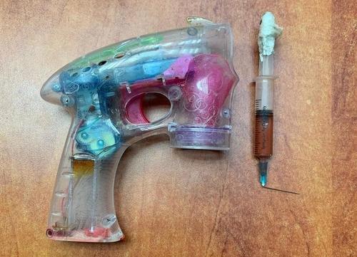 Vũ khí của nghi phạm. Ảnh: Israel Police.