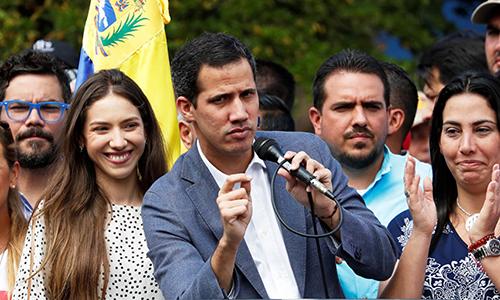 Tổng thống lâm thời tự phong Juan Guaido (thứ hai từ trái sang) trong một cuộc tuần hành tại thủ đô Caracas, Venezuela. Ảnh: Reiters.