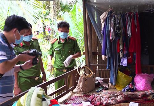 Cảnh sát khám nghiệm nơi hai người phụ nữ bị sát hại. Ảnh: Thanh Liêm