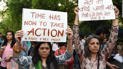 Bé gái 5 tuổi Ấn Độ bị bắt cóc và cưỡng hiếp khi đang ngủ cùng gia đình