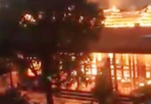 Hiện trườn lúc lửa bao trùm ngôi nhà. Ảnh: CTV.