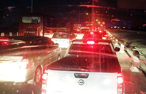 Kẹt xe trên cao tốc hướngTrung Lương - TP HCM chiều tối mùng5 Tết. Ảnh: An Nhơn.