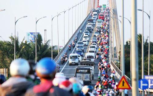 Dòng xe qua cầu Rạch Miễu chiều mùng 5 Tết. Ảnh: Hoàng Nam.