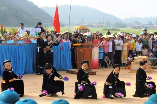 Phụ nữ Tày, Nùng biểu diễn hát then, đàn tính ở lễ hội Lồng Tồng. Ảnh: Hoàng Thanh.