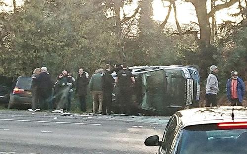 Chiếc xe của Hoàng thân Philip bị lật sau tai nạn chiều 17/1. Ảnh: Telegraph.