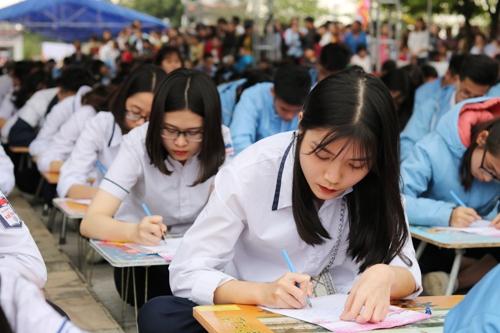 500 học sinh giỏi được tuyển chọn từ các bậc học tại các trường trên địa bàn thành phố tham dự lễ khai bút đầu xuân tại Khu tưởng niệm các Vương triều Mạc, xã Ngũ Đoan, huyện Kiến Thụy (Hải Phòng). Ảnh: Giang Chinh