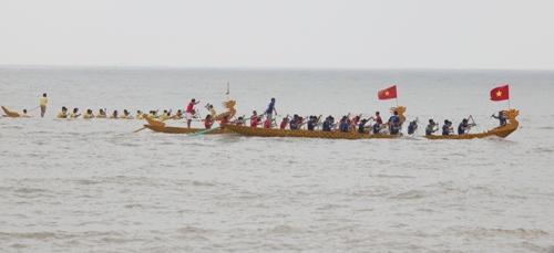 Các đội đua thuyền rồng trên biển Đồ Sơn tranh tài trong điều kiện sóng to gió lớn. Ảnh: Giang Chinh.