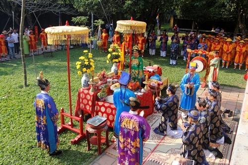 Lễ hạ nêu được tổ chức theo nghi thực của triều Nguyễn xưa. Ảnh: Võ Thạnh