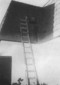 Chiếc thang bắc lên mái để tiếp cận báo động vòng ngoài. Ảnh: Olvera Collection