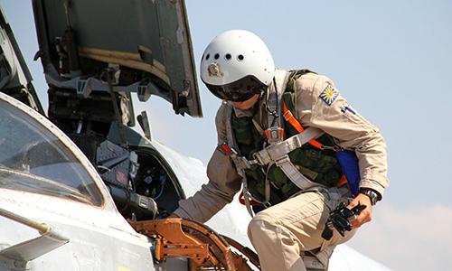 Phi công Su-24 Nga chuẩn bị cất cánh từ căn cứ Hmeymim, Syria. Ảnh: RIA Novosti.