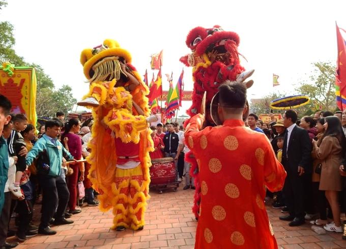 Tục rước cụ già lên miếu ở Quảng Ninh