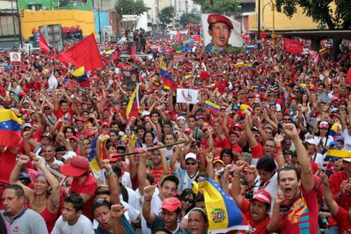 Người dân Venezuela đổ xuống đường tuần hành thể hiện sự ủng hộ với Maduro. Ảnh: CBST.