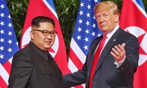 Lãnh đạo Triều Tiên Kim Jong-un (trái) và Tổng thống Trump tại Singapore tháng 6 năm ngoái. Ảnh: AFP.