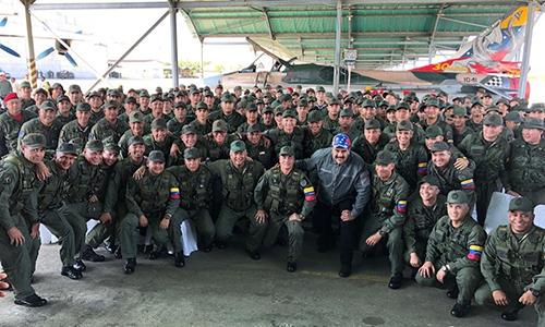Tổng thống Venezuela Nicolas Maduro (đội mũ xanh da trời) thăm một đơn vị quân đội ngày 5/2. Ảnh: PP.