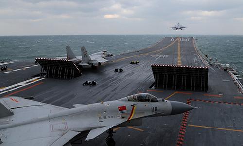 Tiêm kích J-15 cất cánh từ tàu sân bay Liêu Ninh. Ảnh: AFP.