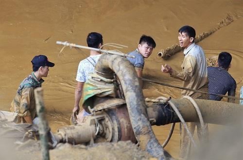 Lực lượng công nhân chia ca hút bùn cả ngày lẫn đêm. Ảnh: Gia Chính