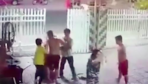 Vụ xô xát giữa hai anh em cảnh sát với người hàng xóm vá vỏ xe hôm mồng hai Tết. Ảnh: Cắt từ video