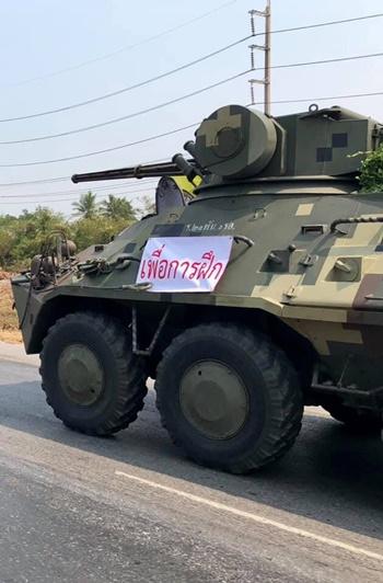 Xe thiết giáp được nhìn thấy di chuyển trên đường phố Thái Lan. Ảnh: Twitter.