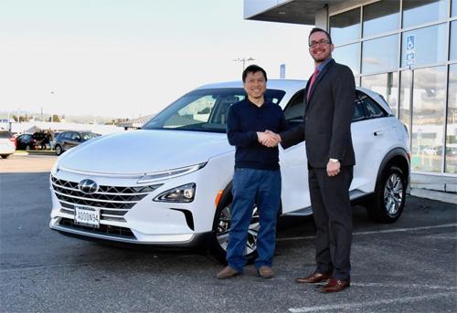 Dr. Stephen Vo (trái)là khách hàng đầu tiên sở hữu Hyundai Nexo tại Northern Califonia, Mỹ.