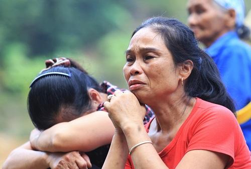 Người nhà nạn nhân không kìm được nước mắt khi chờ đợi phía ngoài. Ảnh: Gia Chính