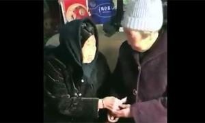 Mẹ 105 tuổi lì xì cho con gái 74 tuổi gây xúc động ở Trung Quốc