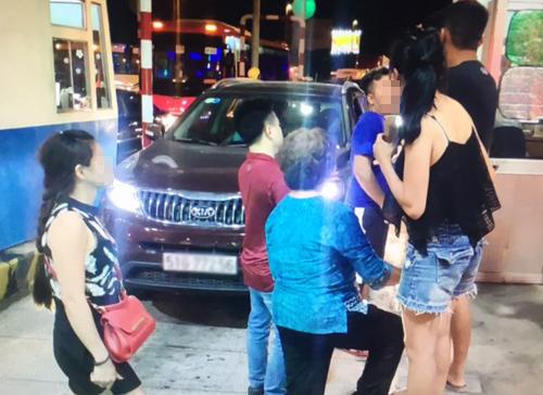 Nhiều người trên ô tô cũng xuống tranh cãi với nhân viên trạm thu phí. Ảnh: VEC E