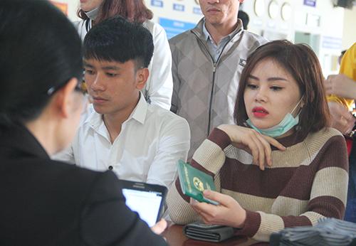 Người đi làm hộ chiếu đa số là thanh niên. Ảnh: Đức Hùng