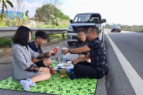 Ảnh gia đình ngồi nhậu trên cao tốc được chia sẻ trên facebook của chủ xe.
