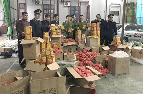 Gần một tấn pháo các loại bị tịch thu ở cửa khẩu Tân Thanh, Lạng Sơn hồi trung tuần tháng 1/2019. Ảnh: Sơn Dương