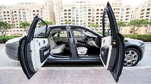 Cửa mở trên Rolls-Royce Ghost. Ảnh: Autoevolution
