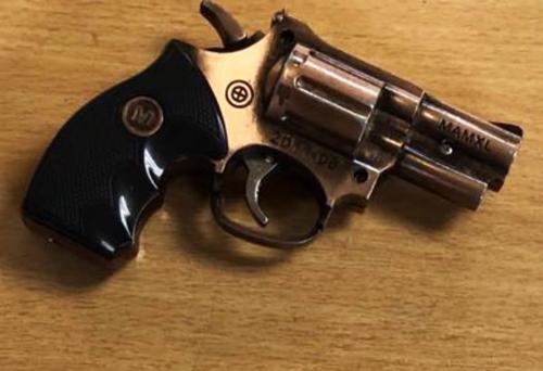 Khẩu súng dạng kim loại dạng phát tia lửa bị lực lượng chức năng thu giữ. Ảnh: ANSB
