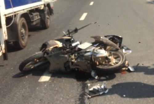 Chiếc xe máy của ông Quang điều khiển bị hư hỏng nặng. Ảnh: Hòe Trần